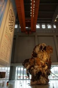 Kritik am Fleischkonsum: Skulptur aus Kuhhäuten in der Eingangshalle