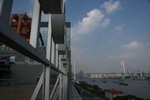 Blick von der Dachterrasse auf die Nangpu-Brücke über den Huangpu-Fluss