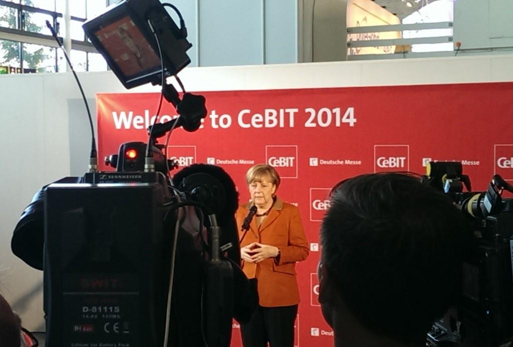 Muttis Raute wirds schon richten. Kanzlerin Merkel in Hannover.