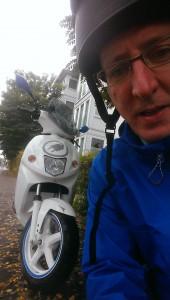Ich vor dem Govecs S14 Elektroroller