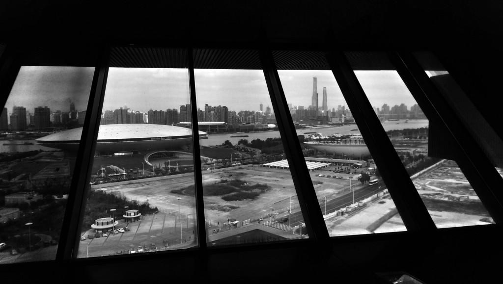 Blick auf die Mercedes-Benz Arena und die Wolkenkratzer