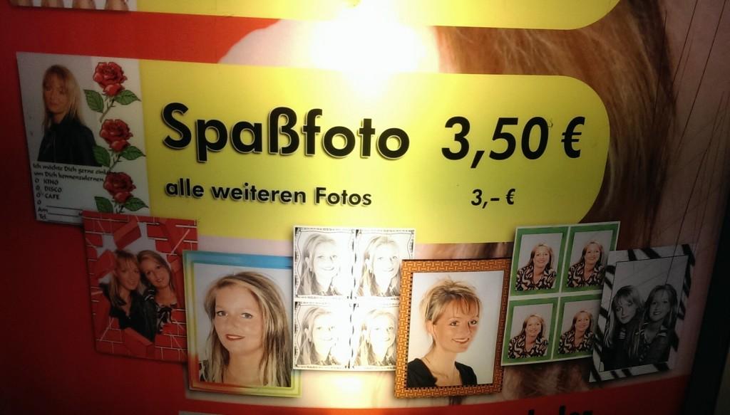 Werbung am Passfotoautomaten