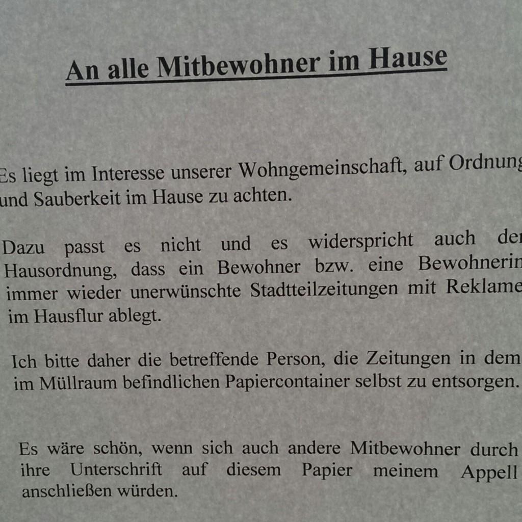 Unterschriftenaktion gegen im  Treppenhaus entsorgte Kostenloszeitungen.