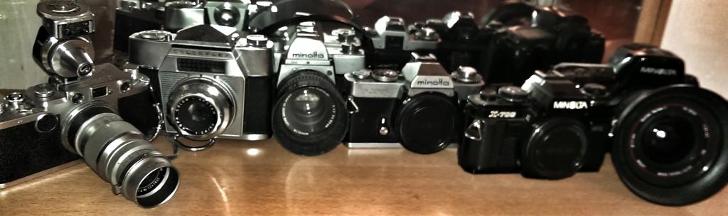 Fotoapparate von drei Generationen in einer Sammlung. Zwei bis drei Kameras im Leben waren dank des langsamen technischen Fortschritts ausreichend.