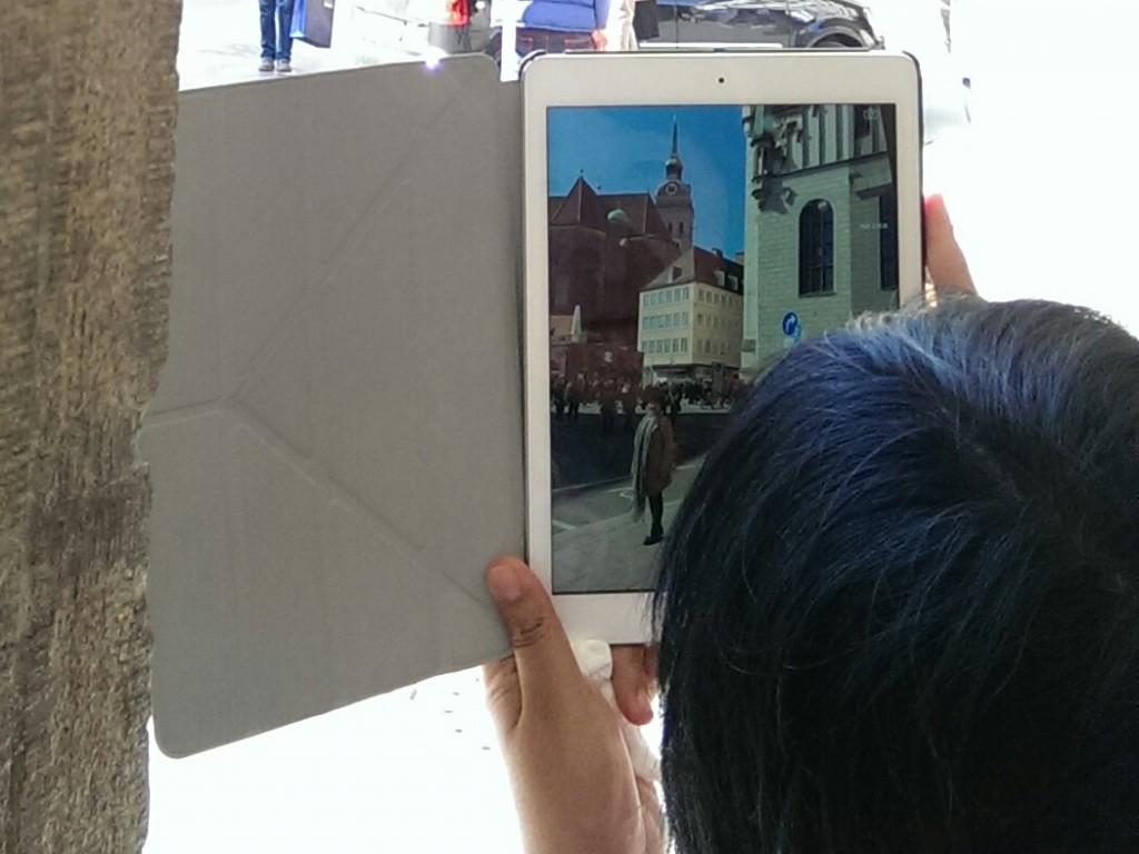 Chinesische Touristin in München: Wie selbstverständlich wird mit Tablet fotografiert.