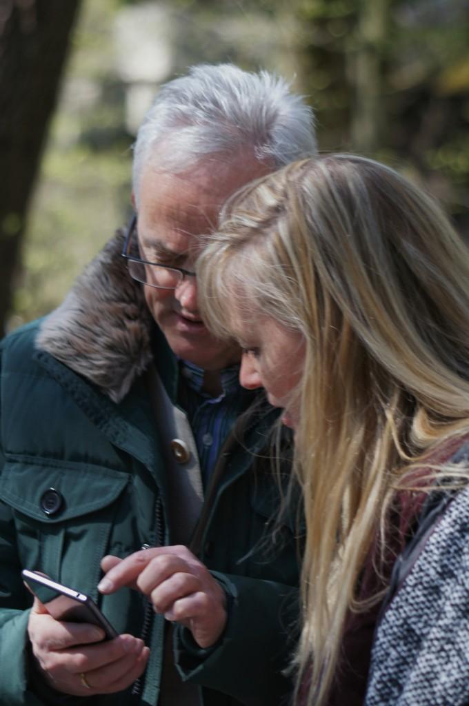 Zwei der Verantwortlichen des Tages, ebenfalls ins Smartphone vertieft. Der Präsident der Bayerischen Schlösser- und Seenverwaltung Bernd Schreiber mit @TanjaPraske