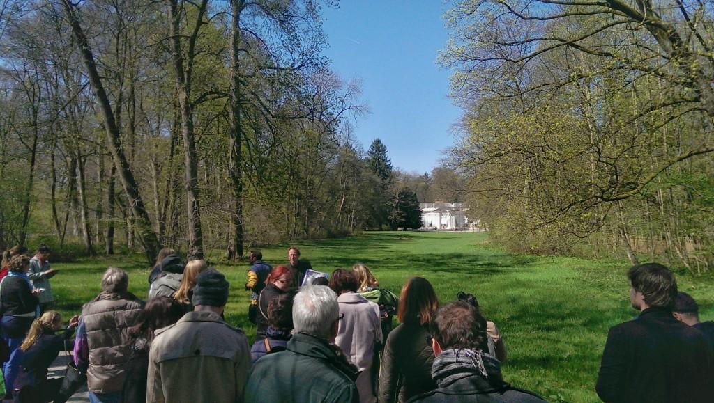Die Kultur-Tweetwalker vor der Amalienburg. Die Wiese, auf der einst die Fasane sterben mussten.