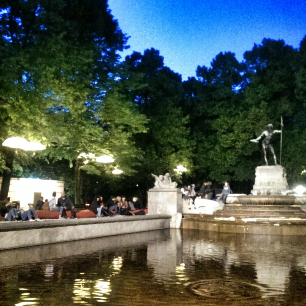 Abendstimmung am Kulturstrand beim Vater-Rhein-Brunnen