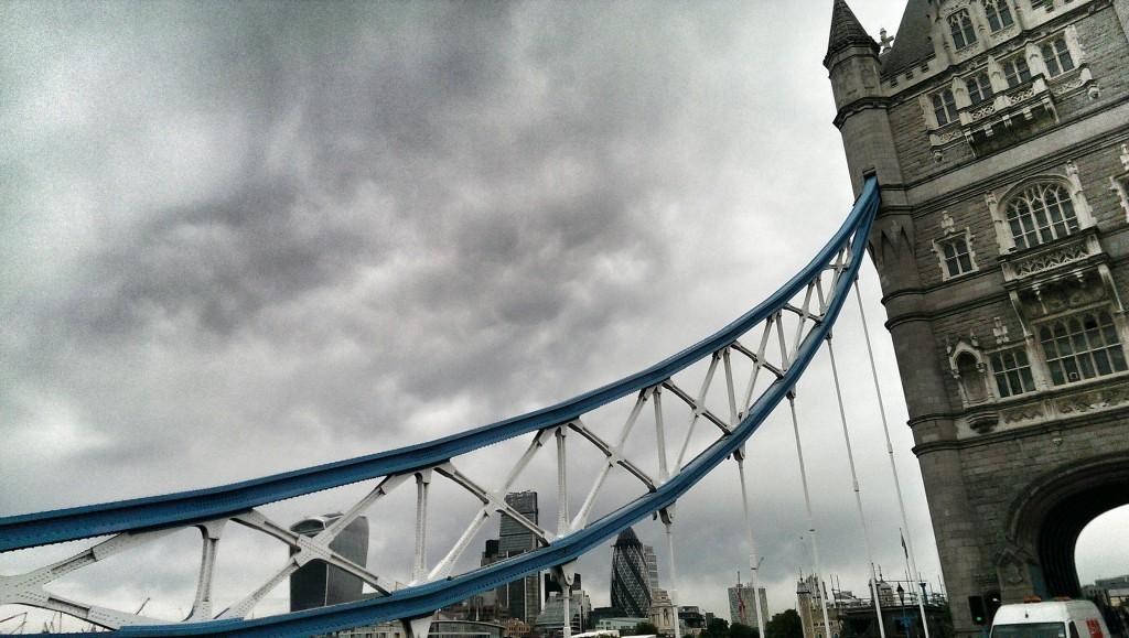 Imposant: auf der Tower Bridge im Morgenverkehr.