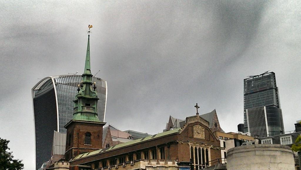 Tower Church und im Hintergrund das RSA Insurance Building