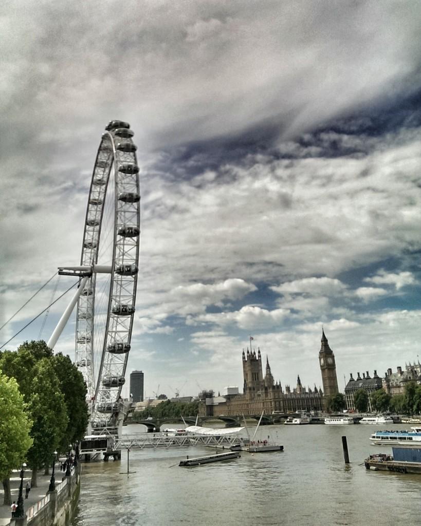 Das riesige Riesenrad, Durchmesser 122m, gegenüber Palace of Westminister und Big Ben.