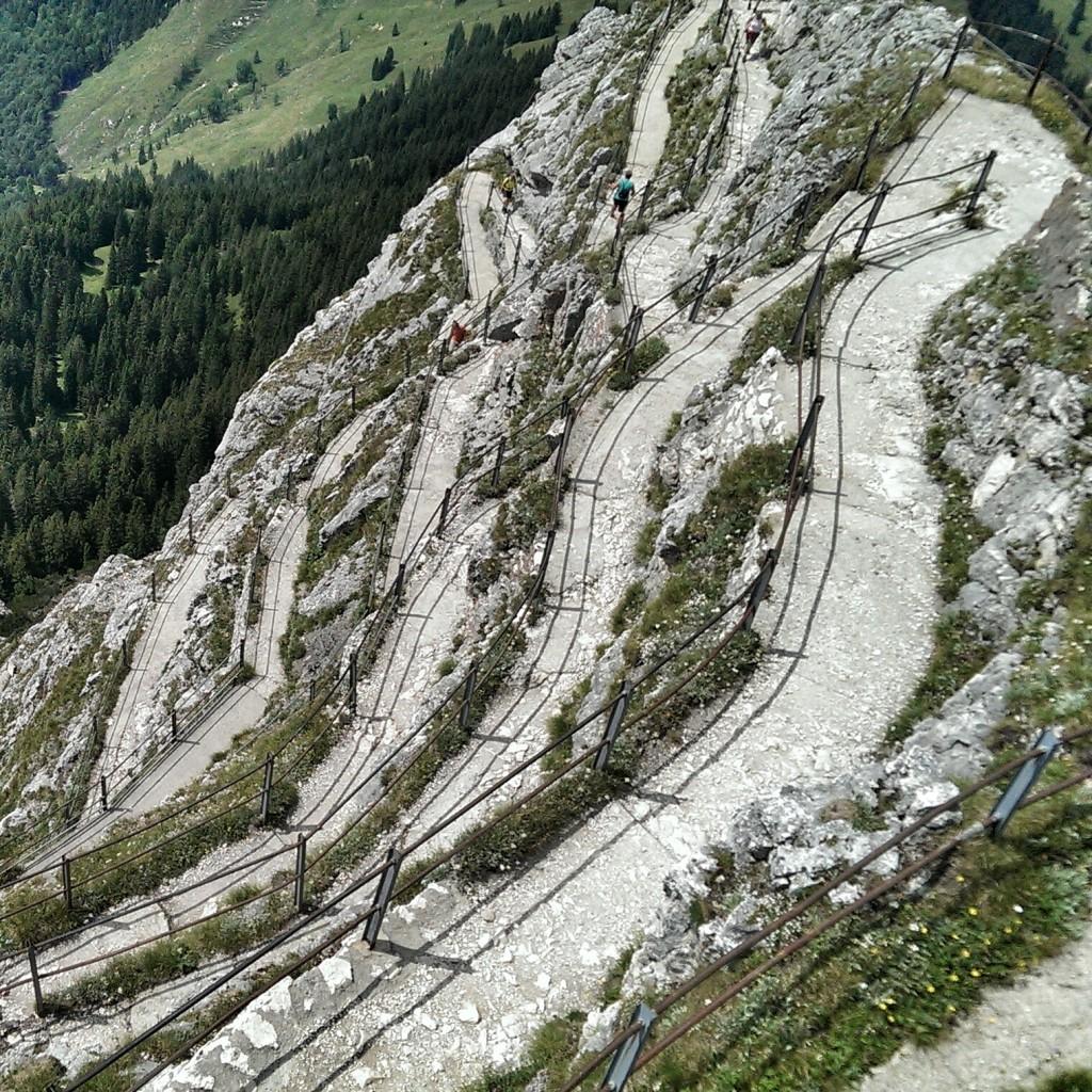 Steiles Gelände, komfortabel ausgebaut: der Weg zum Gipfel