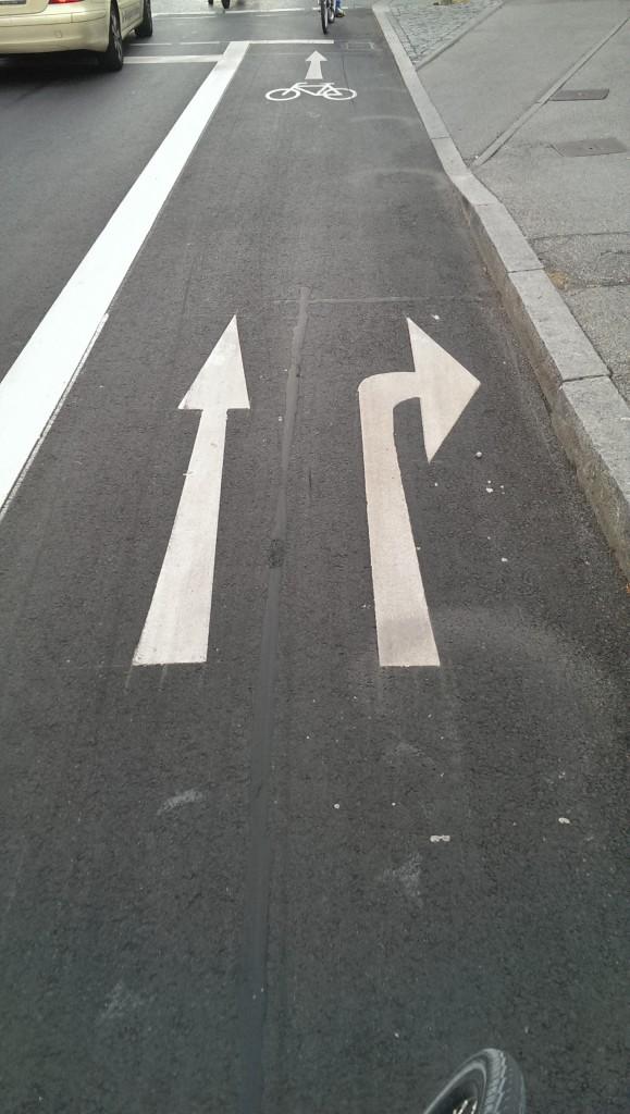 Street Art (2): Seltener Anblick: Rechtsabbiegerspur für Radfahrer
