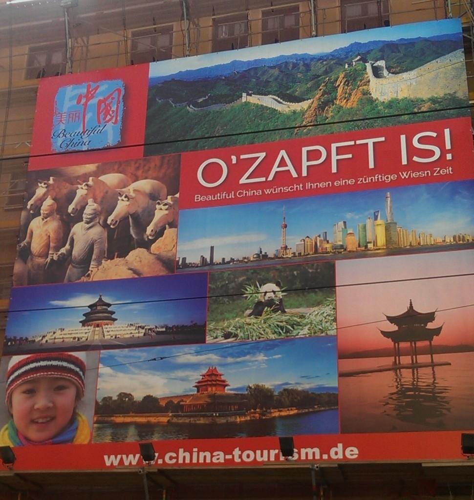 Die chinesische Tourismusbehörde grüßt die Oktoberfestbesucher in München, gesehen in der Fraunhofer Straße.