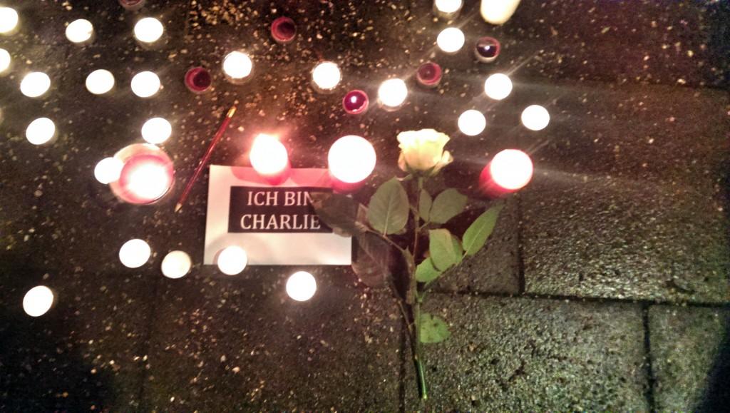 Gedenken vor dem französischen Generalkonsulat in München an die Opfer des Anschlags auf Charlie Hebdo am 7. Januar 2015. Schrecklich, dass ich das Bild nochmal hervorkramen musste.
