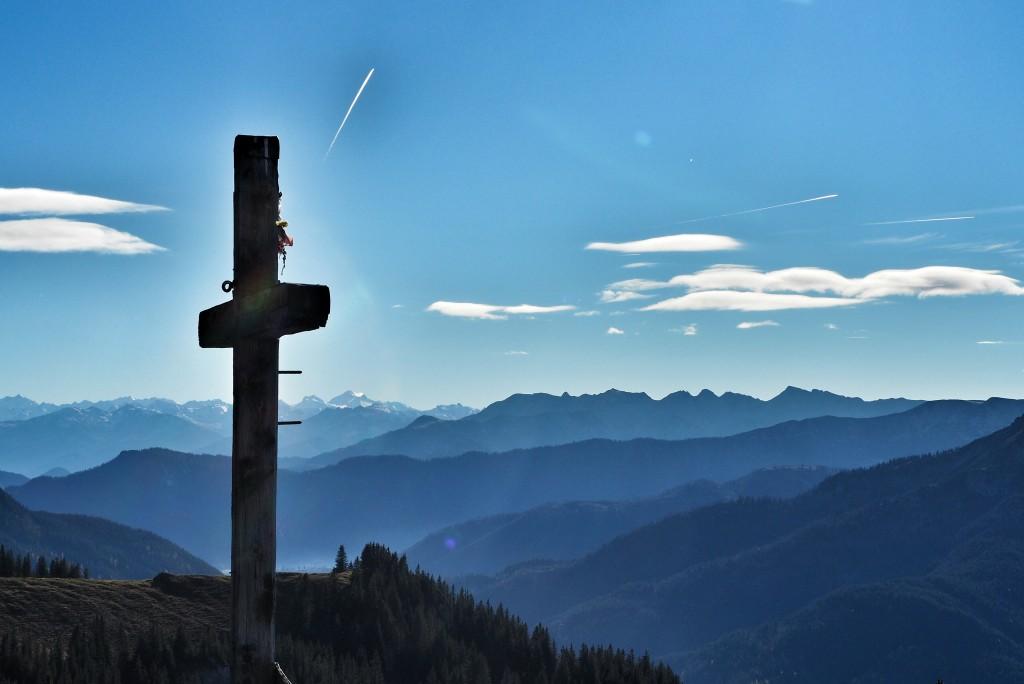 Vom Gipfelkreuz: Blick bis zur Zugspitze.
