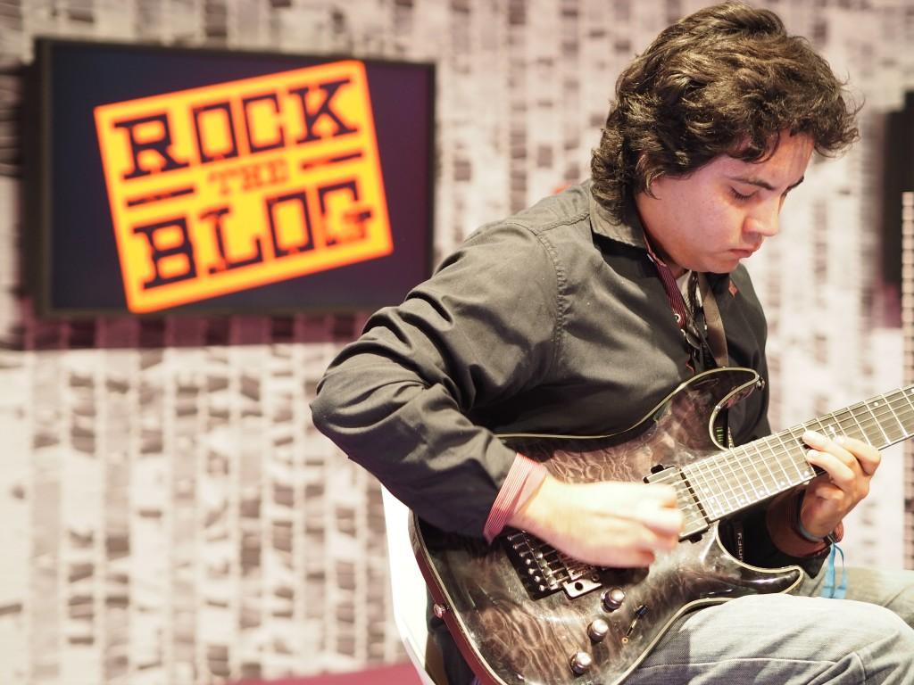 Beste Idee der Veranstalter: Der Solo-E-Gitarrist als Weckrufer und Pausenfüller. Virtuos und rockig: Damian Salazar.