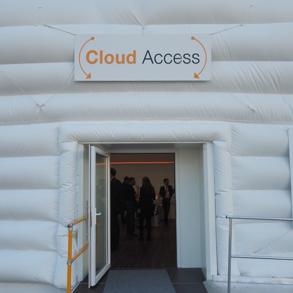 Und es gab ihn doch: den Eingang in die Cloud. Etwas lieblos lag die Wole von Amazon Web Services gegenüber Halle 7.