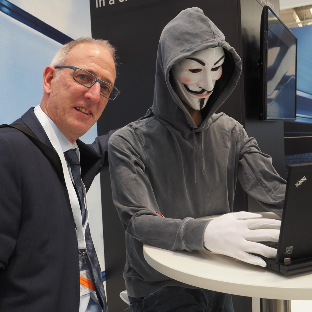 Ein Hingucker kann so einfach sein: Anonymus und ich. Mit der Maske steht er stellvertretend für alle anonymen Datenabflüsse und Attacken auf IT-Systeme. Hier am Stand des Schweizer IT-Sicherheitsanbieters ISPIN AG.