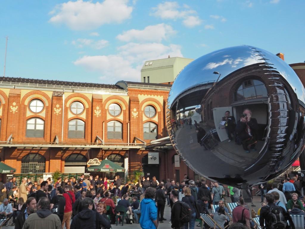 """Fast beliebter als der viel zitierte """"Affenfelsen"""": der Innenhof der Station bei schönen Wetter. Der ideale Platz für Networking und Bier."""