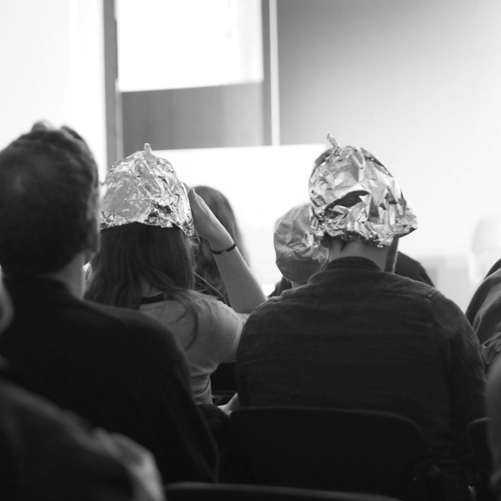 Es gibt sie wirklich: Aluhutträger. Passend zu den Aluhut-Monologen. Büroleiter/innen von Bundestagsabgeordneten lesen und erzählen aus postalischen, digitalen und fernmündlichen Wählerkontakten. Unvermeidbar mit dabei: das Bernsteinzimmer.