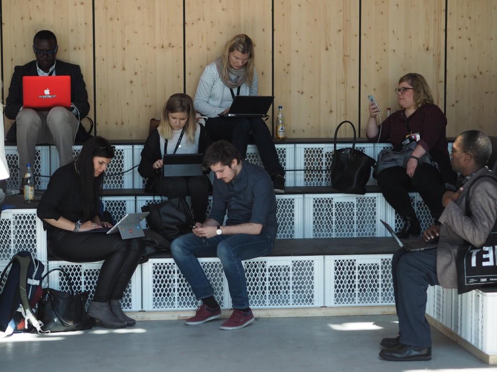Tausendfach verbreitet von der re:publica: Menschen an digitalen Endgeräten. Manchmal fragt man sich schon, ob wir uns nicht alle nur zum gemeinsam online sein treffen könnten.