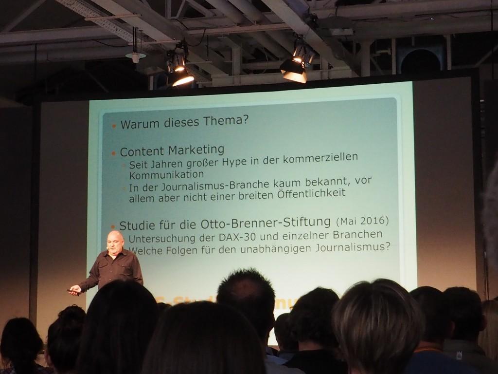 """Großer Kritiker der """"Pseudo-Journalisten"""": Prof. Dr. Lutz Frühbrodt sieht die Gesellschaft in Gefahr, wenn Content-Marketing nicht als solches erkennbar ist."""