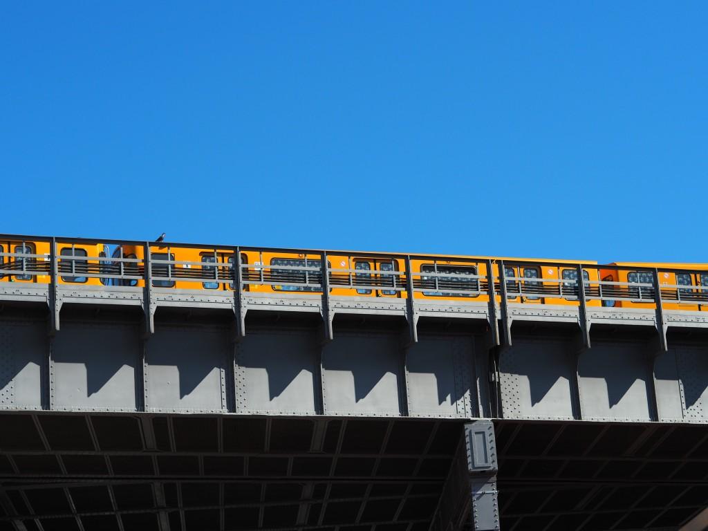 Obligatorisch: die U-Bahn über dem Innenhof... Donnern inklusive und natürlich rp-Wetter.