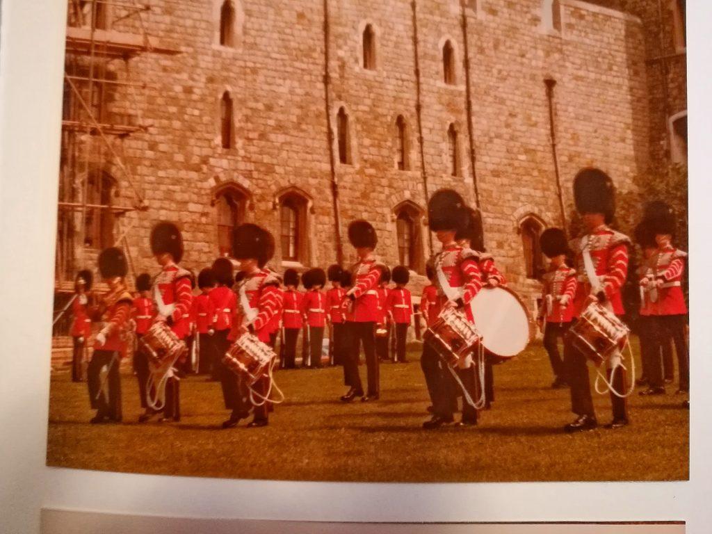 Mit Pauken und Trompeten schief gegangen: Brexit. Aus meinem Fotoalbum vom Juli 1981: Schüleraustausch mit London; hier der Ausflug zum Wachwechsel in Windsor.