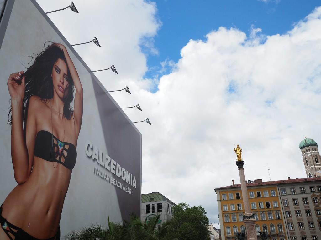 Marienplatz München: Derzeit Bikiniwerbung statt Büchertempel: Olympus OM-D E-M5II mit DG Summilux 1,7/15mm.