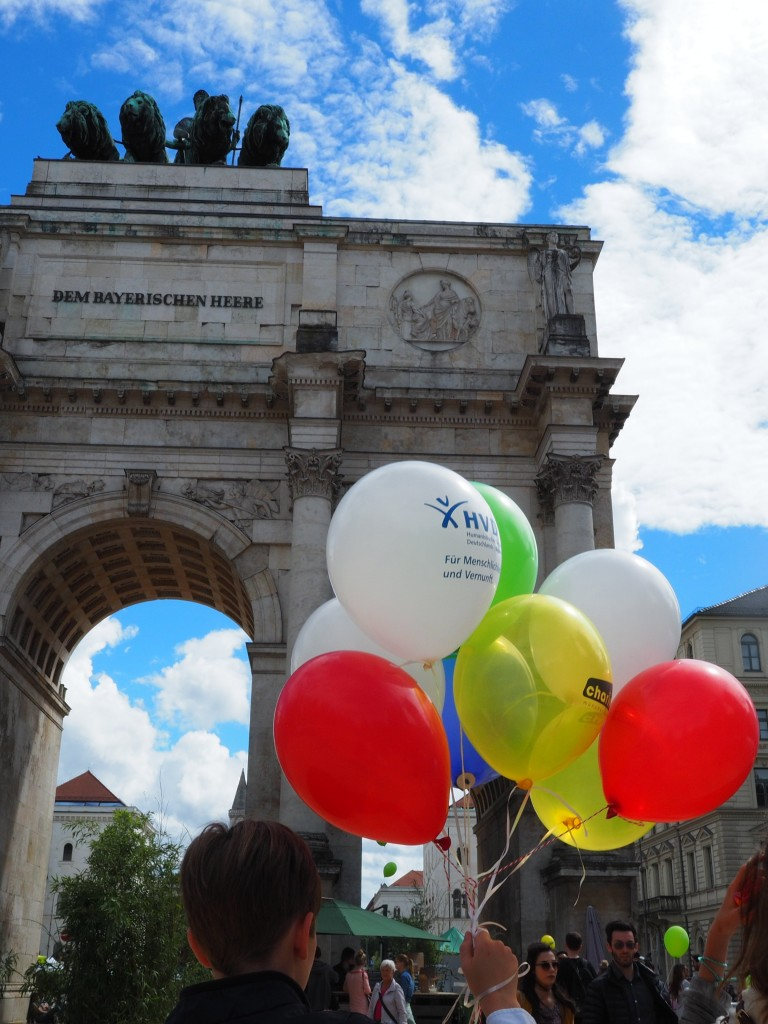 Knackige Farben, die Festbrennweiten, hier 15mm MFT an Olympus während des Streetlife Festival vor dem Siegestor in München.