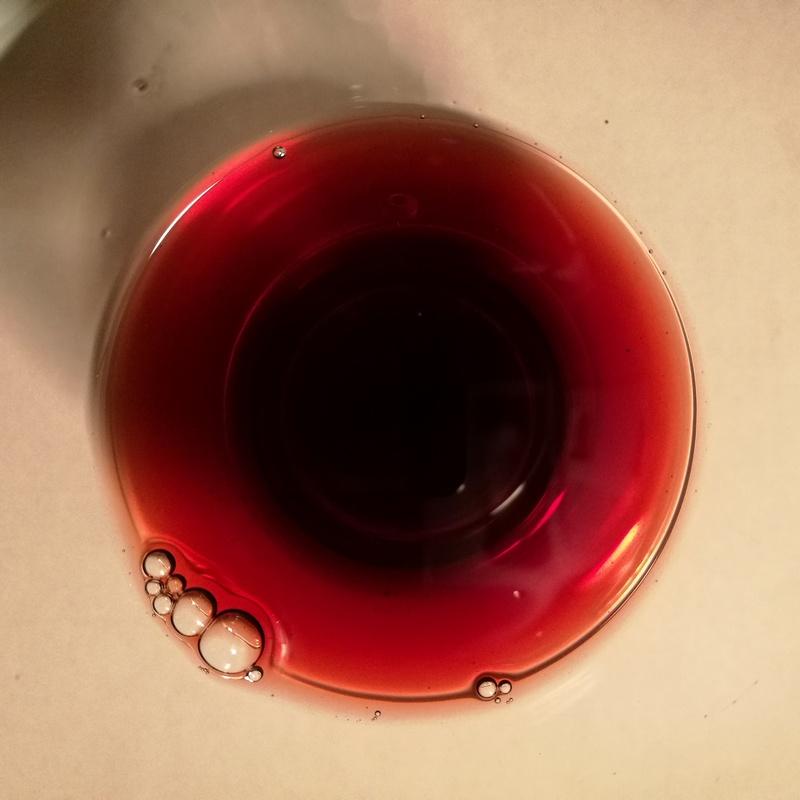 Farbe des Castruccio nach dem ersten Einschenken: mehr rot als braun.