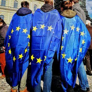 Junge Hoodie-Träger mit Europa-Toga bei PulseofEurope in München.