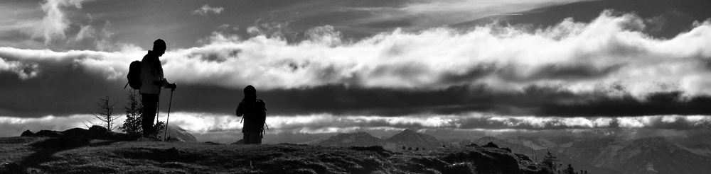 weiß-blau/blau-weiß: schwarz-weuß geht auch draußen: Blick vom Hirschberg (Oberbayern)
