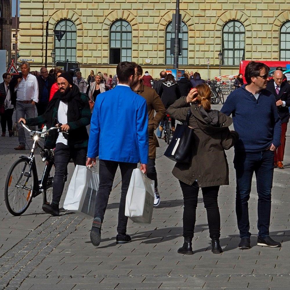 Sicher unterwegs zum Essenstagebuchschreiber: Kurier in weiß-blauer Uniform vom Feinkosthaus Dallmayr in München