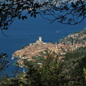 Von oben eröffnen sich spektakuläre Blicke auf Malcesine. Das beschauliche Bild täuscht über den Trubel im Ort.