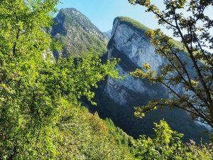 Die Ausläufer des Monte Baldo ragen bis zu 600 Meter über den Gardasee, oben wärmt noch die Herbstsonne
