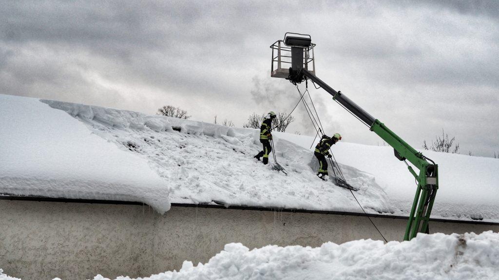 Überall sah man Feuerwehrleute, Feuerwehrautos, Feuerwehrleitern: angeseilt schoben sie den Schnee von den Dächer, wo es dringend nötig war.