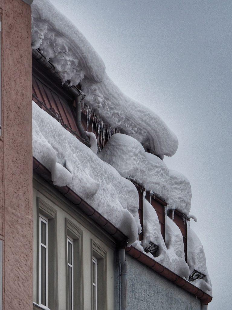 Traunstein, verschneite Dächer in der Schaumburger Straße am Tag 3, Freitag, nach dem Dauerschneefall.