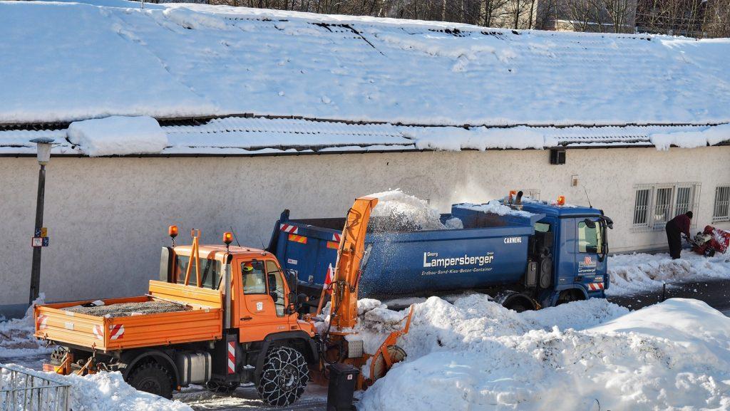 Am Tag 7 nach Beginn der heftigen Schneefälle werden die Gehwege freigemacht, so dass die Kinder am Montag wieder sicher zur Schule können. Der Dank gilt den geduldigen Schneepflug- und Lasterfahrern, die sich mit ungeduldigen Anwohnern und Autofahrern herumschlagen müssen.