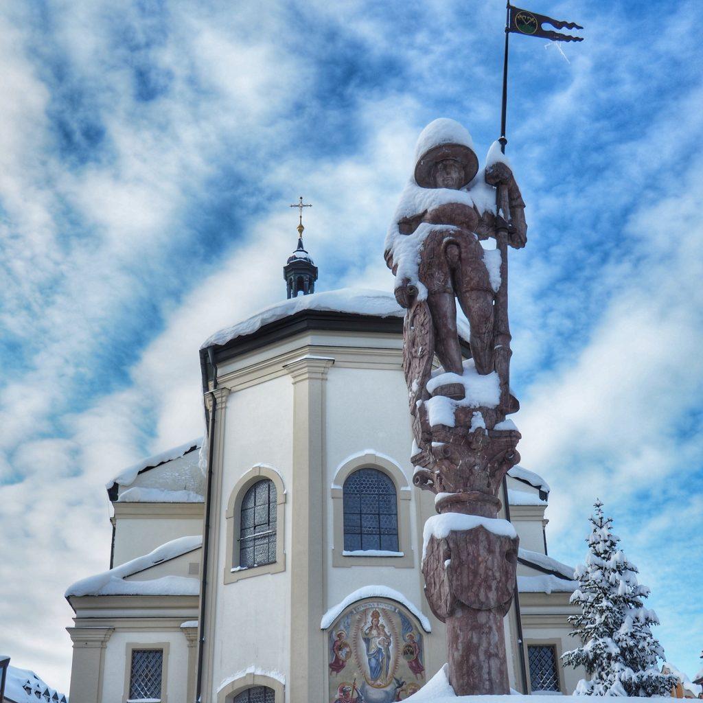 Stoisch blickt der Ritter vom Lindlbrunnen auf den mit Schneebergen vollgeräumten Stadtplatz.