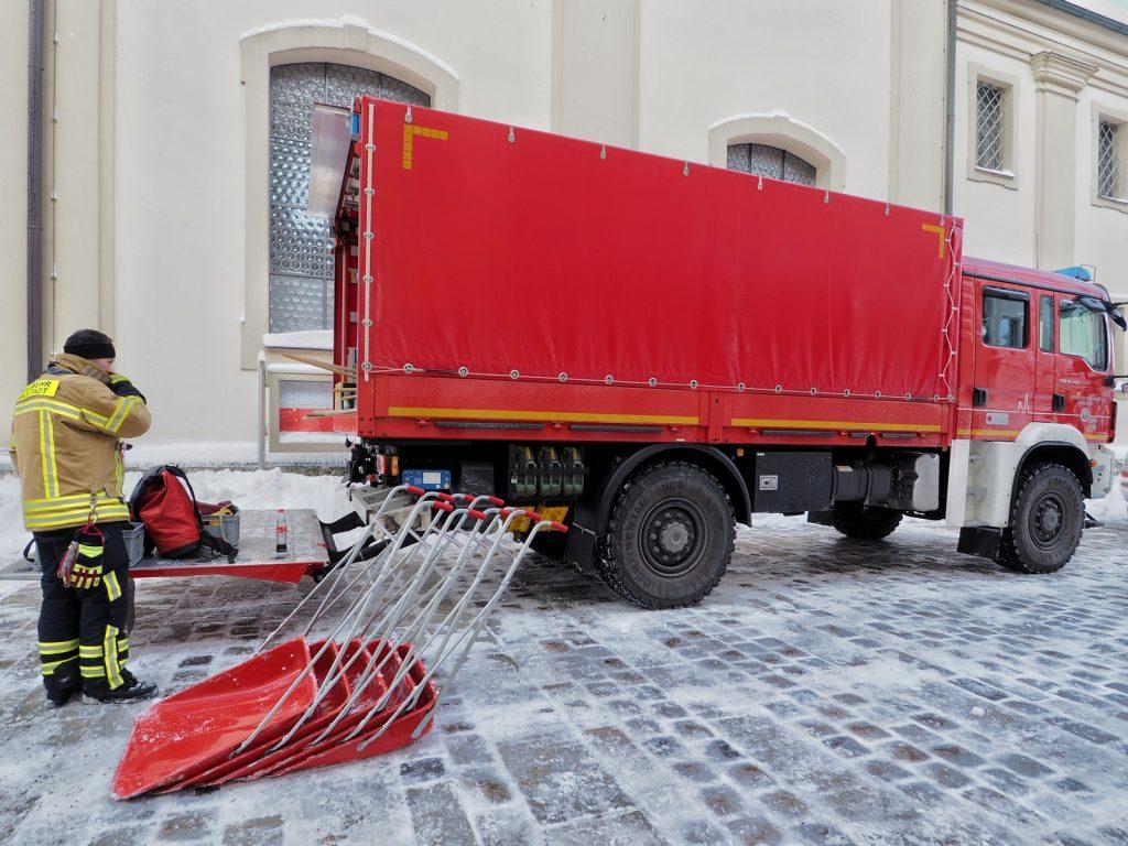 Aus dem fast schneefreien Norden Münchens zu uns abgeordnet. Freiwillige Feuerwehren aus dem Landkreis Freising sammeln sich am Stadtplatz Traunstein um die Dächer der Innenstadt zur räumen: standesgemäß mit roten Schaufeln natürlich.
