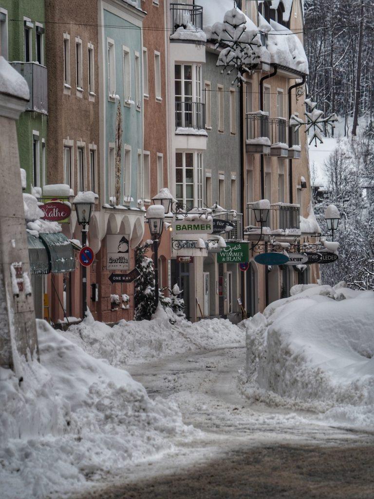 Die geräumte Schaumburger Straße am Tag 3 nach dem Dauerschneefall.