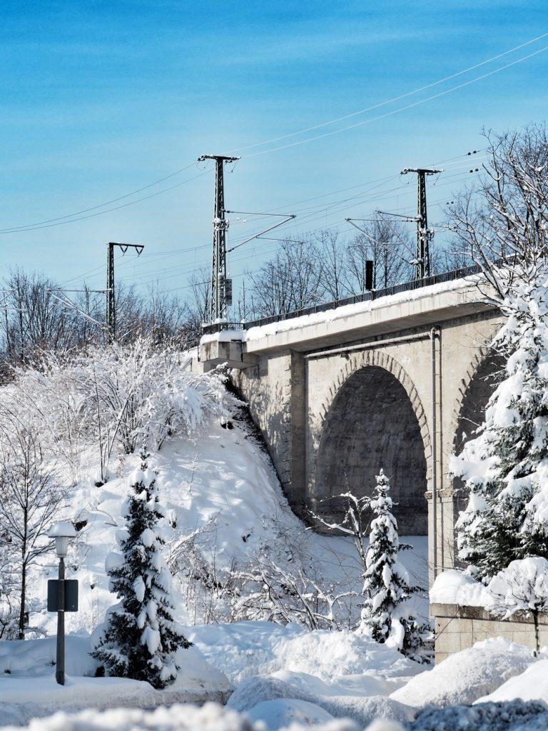 Die Eisenbahnbrücke, der Viadukt in Traunstein, tief verschneit. Die Wege  zu Fuß dorthin nahezu unpassierbar und sowieso gefährlich wegen herunterbrechender Äste. Aber schön anzusehen.