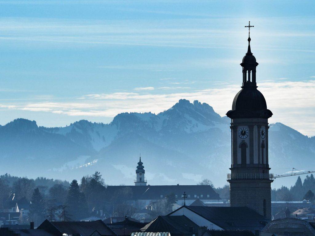 Traunstein Kirche St. Oswald mit Blick auf die Kampenwand