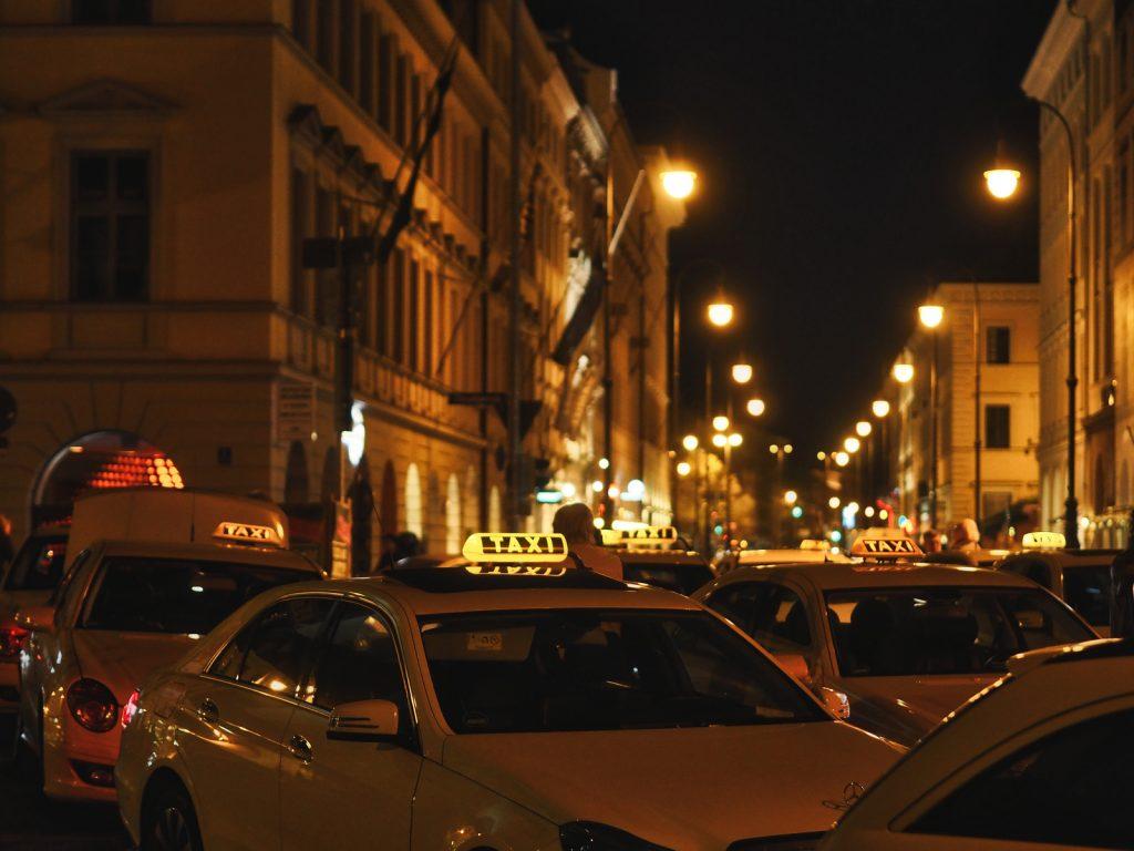 Blick vom Odeonsplatz in die Brienner Straße in München. Bei ISO 1.600 mit 1/80 Sekunde und Blende 1,7 und -0,7EV aus der Hand fotografiert. Das 1,7/45mm ist ein kompaktes, lichtstarkes und leichtes Objektiv im unteren Telebereich (90mm KB) mit dem sich auch in der Dämmerung oder nacht hervorragend und flexibel fotografieren lässt.