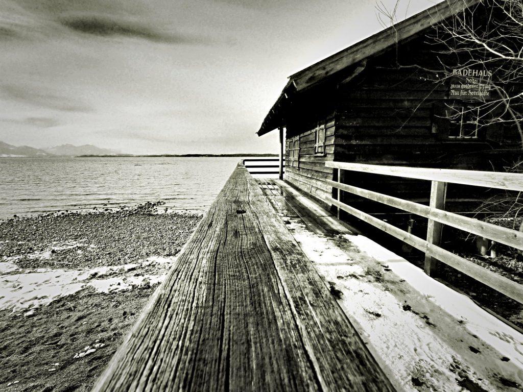 Badehütte am Chiemsee mit 9mm bei Blende 18 und 1/250 Sekunde fotografiert.