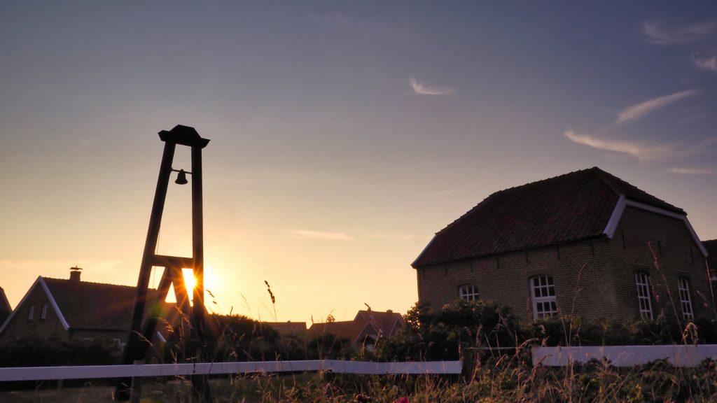 Inselglocke neben der alten Inselkirche auf der ostfriesischen Insel Baltrum. Zeigt gut die Qualität des Objektivs bei extremem Gegenlicht. Zudem erzeugt die Blende in geschlossenem Zustand einen schönen Stern.