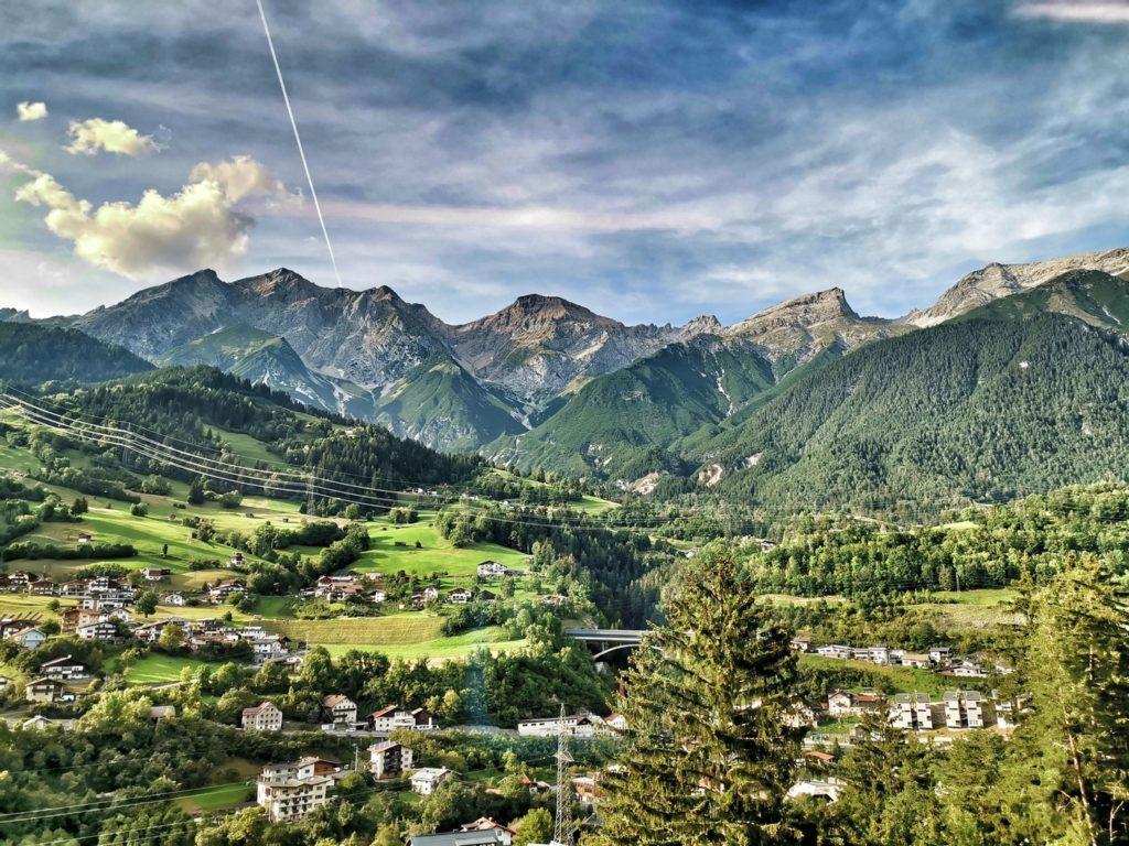 Kurz vor oder kurz nach St. Anton am Arlberg: ganz Nahe an beeindruckender Bergkulisse.