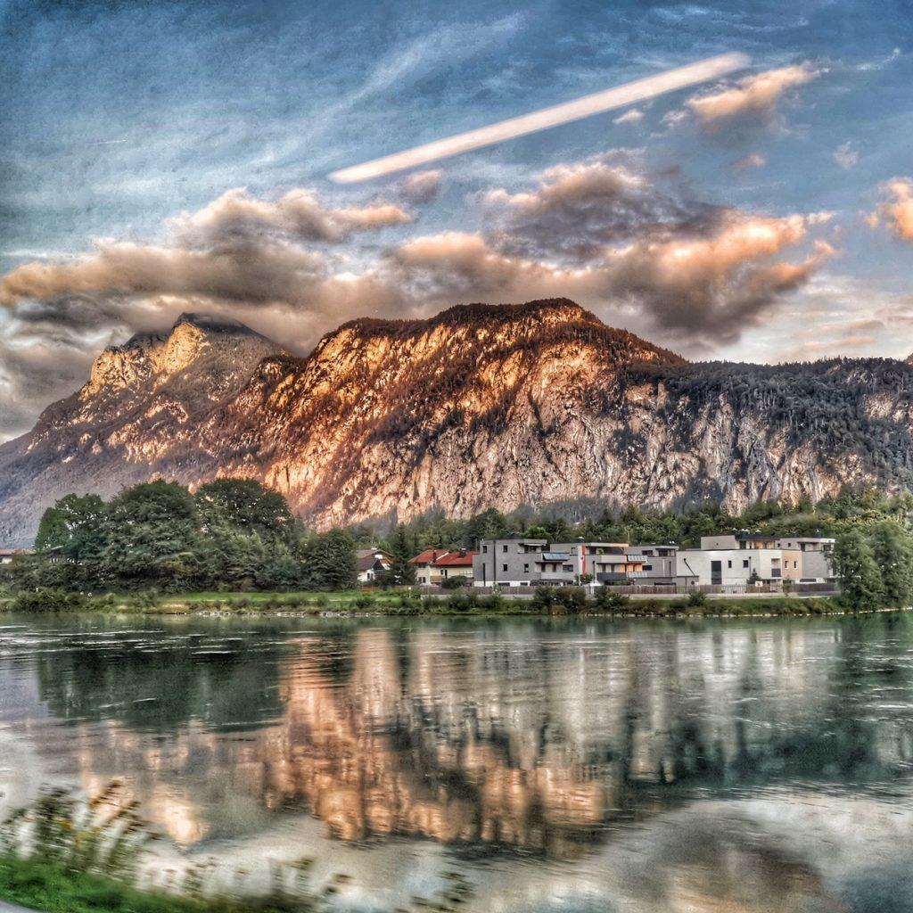 Immer einen Blick aus dem Fenster wert: Berg mit Inn.